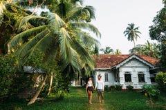Paren i hemträdgården fotografering för bildbyråer