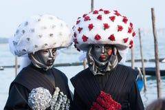 Paren klädde som modiga kort under karneval i Venedig Fotografering för Bildbyråer