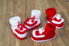 Paren met de hand gemaakte witte en rode gebreide pantoffels Royalty-vrije Stock Afbeelding