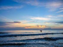 Paren op het zonsondergangoverzees Stock Foto's