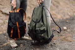 Paren reser Pojke och flicka med ryggsäcklopp Paret är på vägen Artikel med ensamrättryggsäckar i hans Fotografering för Bildbyråer