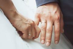 Paren undertecknade deras första dokument fotografering för bildbyråer