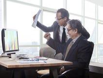 Paren van de emotie van het bedrijfsmensengeluk wanneer het kijken aan busine Stock Fotografie