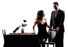 Parenminnaars die romantische dinersilhouetten dateren royalty-vrije stock foto's