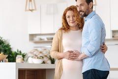 Parent-à-tient leurs mains sur la bosse de bébé Photo stock