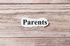 PARENT du mot sur le papier Concept Mots de PARENT sur un fond en bois Photo libre de droits