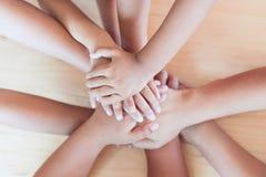 Parent et enfants tenant des mains ensemble Image stock