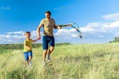 Parent gai ayant des heures de récréation avec son fils Photo stock