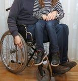 Parent handicapé dans un fauteuil roulant avec sa petite fille photos libres de droits