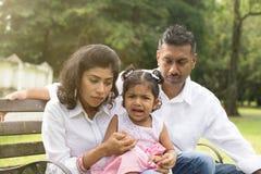 Parent indien ayant affaire avec la fille photo stock