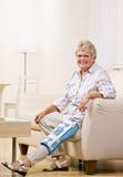 Parentesi graffa di ginocchio da portare della donna maggiore Fotografia Stock Libera da Diritti