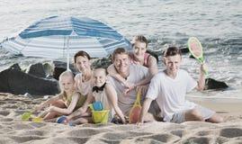 Parents дети под зонтиком солнца Стоковое Изображение