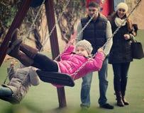 Parents отбрасывая дети на парке Стоковая Фотография RF