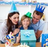 Parents affectueux célébrant l'anniversaire de leur fils Image libre de droits