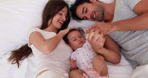 Parents affectueux jouant avec leur bébé banque de vidéos