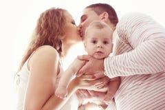 Parents affectueux tenant leur bébé garçon Photo libre de droits