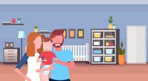 Parents aimants de jeune famille tenant peu de bande dessinée intérieure de pièce de lit de bébé de fils à la maison de huche de  illustration stock