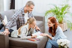 Parents al adolescente de ayuda con la preparación Imágenes de archivo libres de regalías