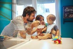 Parents al bebé que introduce Imagen de archivo libre de regalías