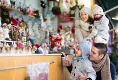 Parents avec des enfants au marché de Noël Images stock