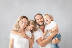 Parents avec des enfants ayant l'amusement à la maison photos libres de droits