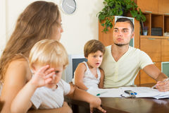 Parents avec des enfants ayant la querelle Photo stock