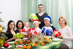 Parents avec des enfants célébrant Noël Photo stock