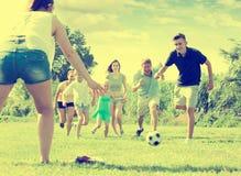 Parents avec des enfants jouant le football sur extérieur Photo libre de droits