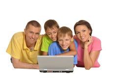 Parents avec des fils à l'aide de l'ordinateur portable Photos libres de droits