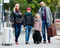 Parents avec deux enfants chassant des rues photos stock