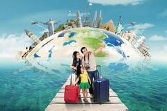 Parents avec l'enfant sur le voyage au monument du monde Photo stock