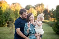 Parents avec la fille de doigt en parc Photo stock