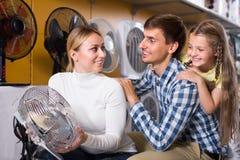 Parents avec la fille sélectionnant le ventilateur Image libre de droits