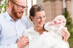 Parents avec le bébé au baptême dans l'église photos libres de droits