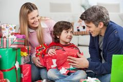 Parents avec le cadeau de Noël d'ouverture de fils Photos libres de droits