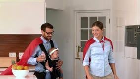 Parents avec le cap rouge banque de vidéos