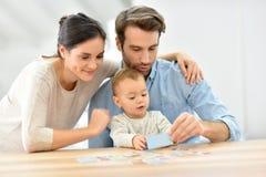 Parents avec leur bébé appréciant jouer ensemble Photographie stock