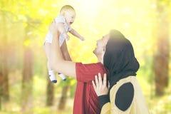 Parents avec leur bébé au parc d'automne Image libre de droits