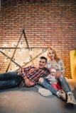 parents avec leur enfant sur le fond d'une étoile avec des ampoules Image stock