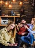 Parents ayant l'amusement tandis que l'enfant avec le visage isolé seul s'assied, concept d'espace de génération Infos de lecture Images libres de droits