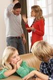 Parents ayant l'argument à la maison Images libres de droits