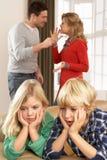 Parents ayant l'argument à la maison Photo stock