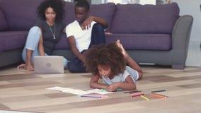 Parents de dessin d'enfant utilisant le temps de dépense de carnet sur le plancher passionné clips vidéos