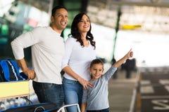 Parents de fille grêlant le taxi Images libres de droits
