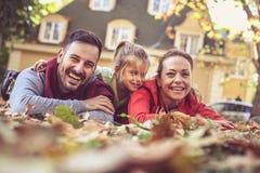 Parents de sourire avec des poses de fille à l'appareil-photo Photos libres de droits