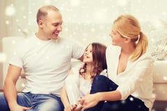 Parents de sourire et petite fille à la maison Images libres de droits