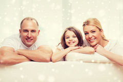 Parents de sourire et petite fille à la maison Photos libres de droits