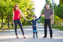 Parents de sourire tenant leur petit fils images libres de droits