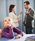 Parents discutant à la maison photos stock
