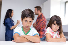 Parents discutant devant des enfants Photo libre de droits